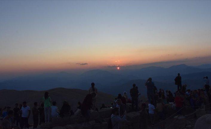 Nemrut'ta gün batımı izleyenleri cezbediyor