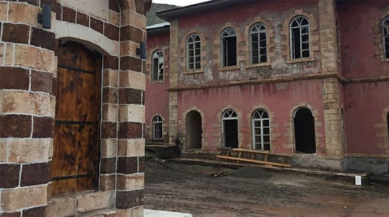 Tarihi bina yıkıma terk edildi
