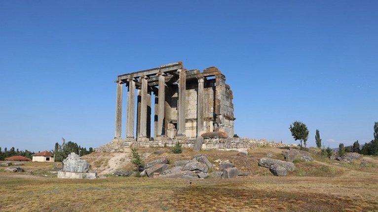 Aizanoi kazılarında anıt mezar bulundu
