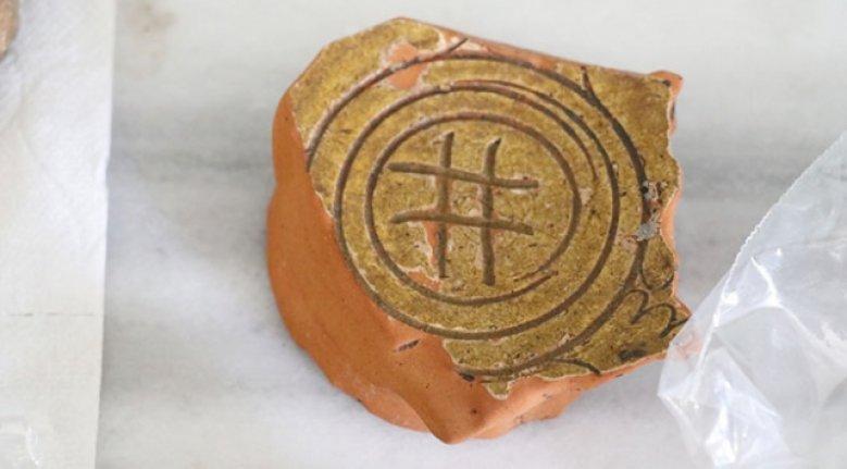 Çobankale'deki kazılarda hashtag motifli seramikler bulundu