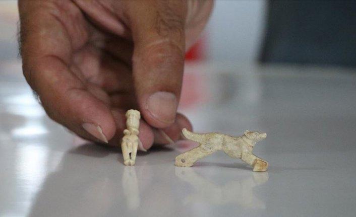 Assos'ta 1600 yıllık insan ve hayvan figürlü iki kolye ucu bulundu