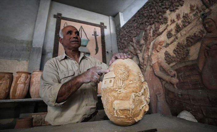 Filistinli Haccar toprak kap ve duvarlara tarihi nakşediyor