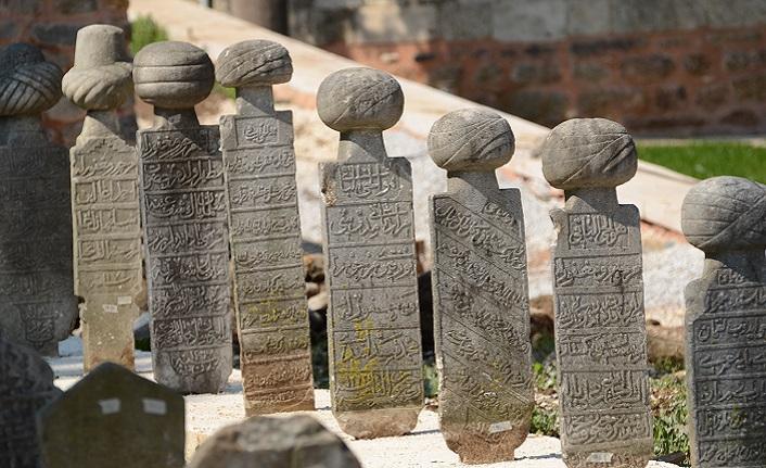 Mezar taşlarını sevmek medeniyeti sevmektir