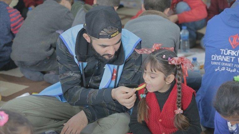 Dünya barışı için yaptığı şarkısını Suriyeli çocuklarla söyledi