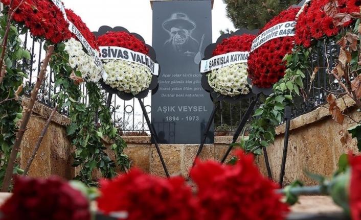 Aşık Veysel ölümünün 48. yılında Sivas'taki mezarı başında anıldı