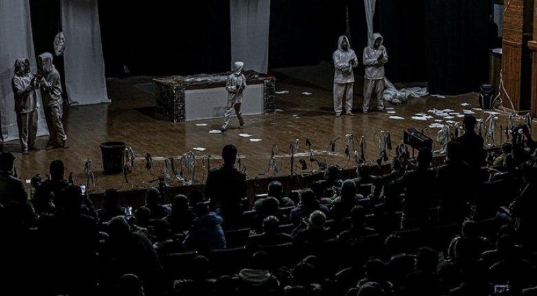 İdlibli tiyatro sanatçıları, Esed rejiminin alıkoyduğu siviller serbest kalana dek oyunlarını sergileyecek