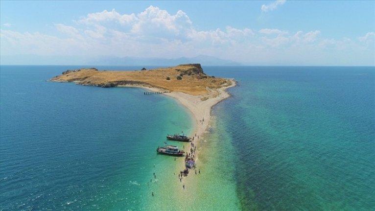 Van Gölü'nde onlarca kişi su altındaki antik yoldan yüzerek ve yürüyerek Çarpanak Adası'na ulaştı