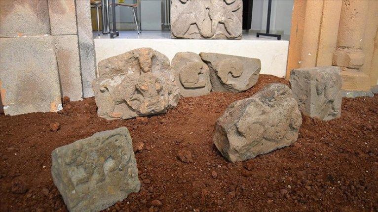 Ani'deki kazılarda bulunan asırlık aslan kabartmalı taşlar ziyarete açıldı