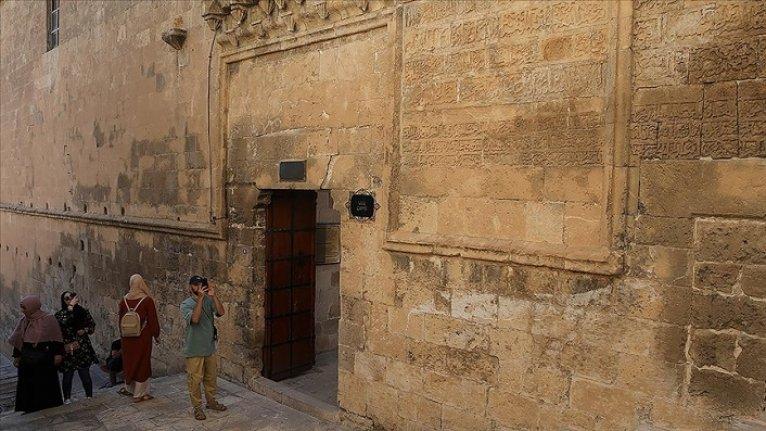 845 yıllık Mardin Ulu Cami'nin duvarındaki 'Vergi Muafiyet Kitabesi' ilgi görüyor