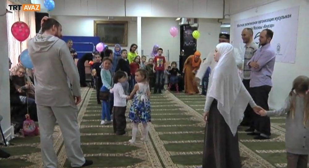 Çocuklar Moskova Ulu Camii'nde Dinlerini Öğreniyor (video)