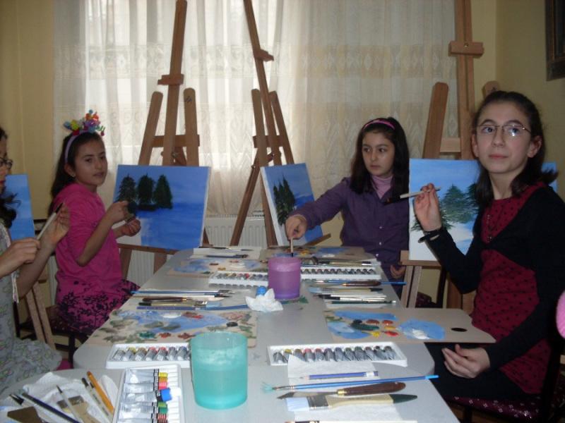 Nersrin Çaylı Sanat ve Okuma Evi - Çocuklar manzara resmi çalışıyorlar
