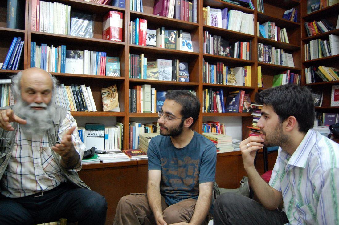 Fatih Yurdakul, M. Fatih Kutan ve Abdullah Başaran; Fatih Kitabevi'nde. Fotoğraflayan: Ali Görkem Userin.