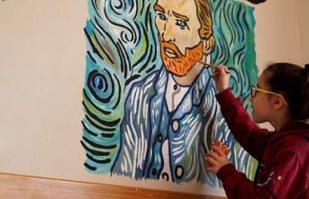 Okul duvarlarını öğrenciler renklendiriyor