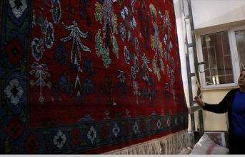 Anadolu motiflerini dokudukları halılarda yaşatıyorlar