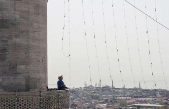 İstanbul'daki camilere mahyalar asılmaya başlandı