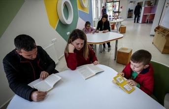 Çocuk kütüphanesi velileri de 'kitap kurdu' yaptı