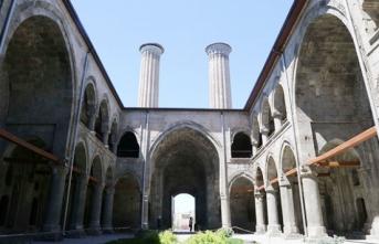 Eşsiz mimarisi ve estetik motifleriyle Çifte Minareli Medrese