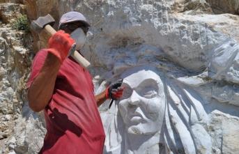 Edremitli sanatçı dağlara resim ve heykel yapıyor