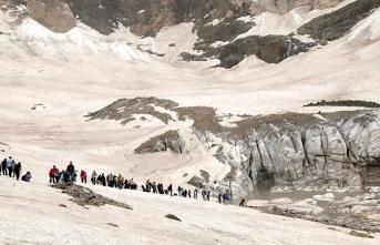 Hakkari'de 20 bin yıllık Cilo buzları eriyor