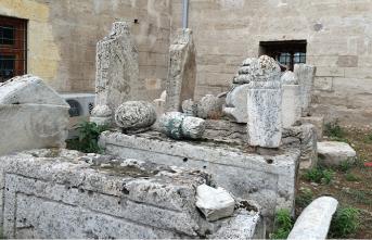 Yunus Emre Camii'nin penceresine lento yapılan mezar taşı
