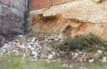 7 yüzyıllık surlar ve kilise her an çökebilir