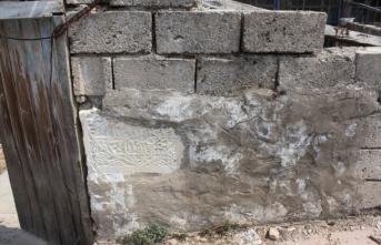 Tarihi eserleri duvar yapımında kullanmışlar