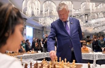 Büyük Usta Karpov 10 sporcuyla aynı anda satranç oynadı