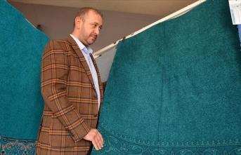 İbadete açılmaya hazırlanan Kariye Camisi'nin halılarına son dokunuşlar