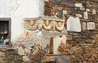 Manisa'da bir evin duvarında kullanılan antik lahit müzeye taşınacak