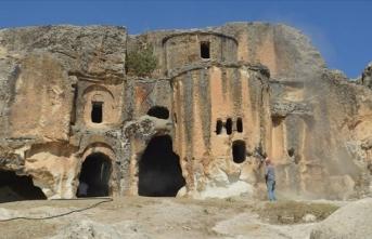 Frigya'nın kalbi Ayazini Köyü'ndeki tarihi eserlerin üzerine yazılan yazılar siliniyor