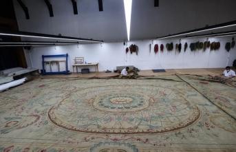 Dolmabahçe Sarayı'nın 124 metrekarelik halısı özel ekiple restore ediliyor