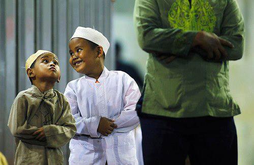 Teravihe gelen çocuklar caminin şen bülbülüdür