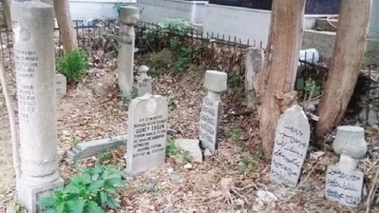 Eyüp Sultan Mezarlığı'nda Vefa Bekleyen Harap Sofa