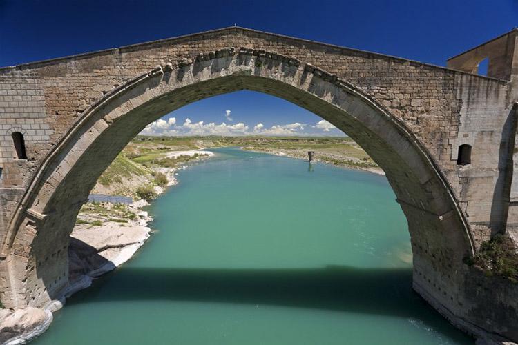 Zamana Meydan Okuyan Bir Köprü: Malabadi Köprüsü