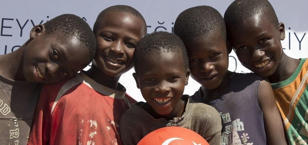 Neşeli şarkılar ve pırıl pırıl insanlar bekliyor sizi Gine'de