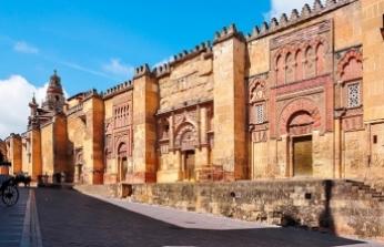 Kurtuba Camii Allah'ın çağrısını özlüyor