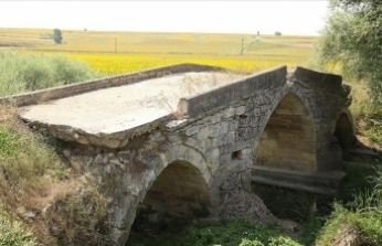 Tekirdağ'da günümüze 3 kemeri ulaşan tarihi Karapürçek Köprüsü ilgi görüyor