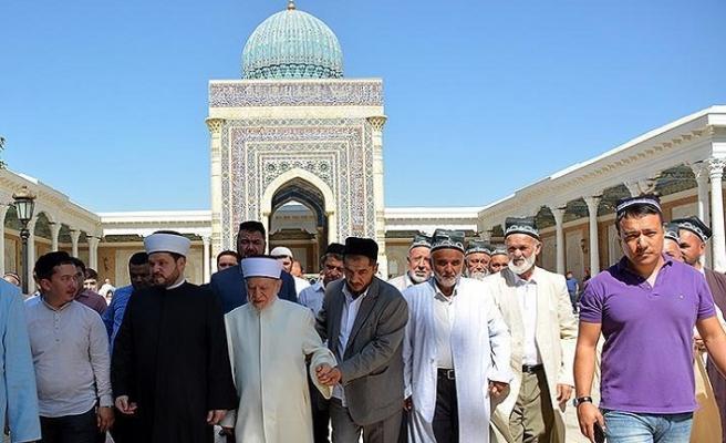 Ünlü hadis alimi Avvame, Semakant'ın övüncü İmam Buharî'nin kabrini ziyaret etti