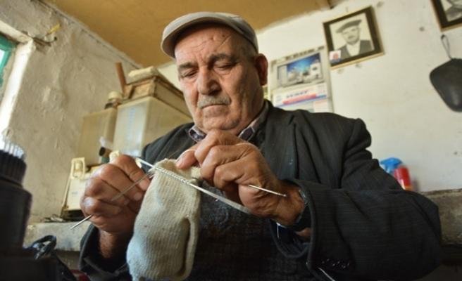 """Bursa'da """"Drama çorabı"""" örme geleneğini Hüseyin Yemişen sürdürüyor"""