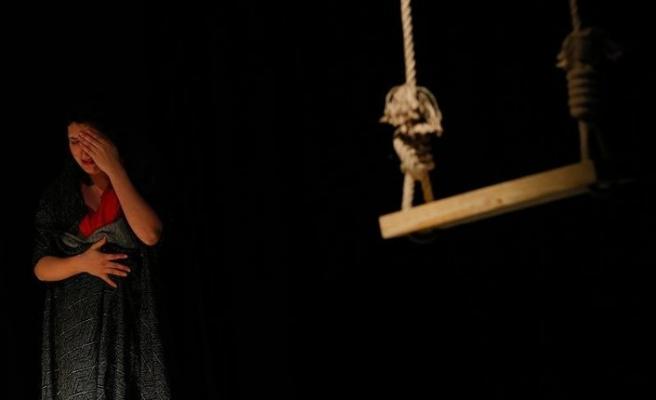 Göçmen kadınların dramı tiyatro sahnesinde