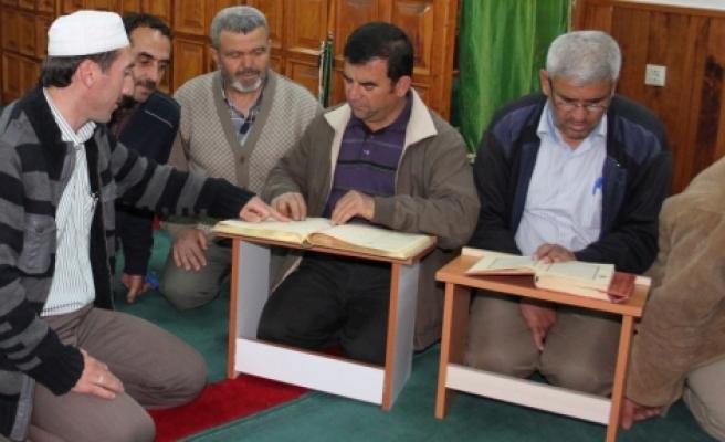 Bir nalbur Kur'an okuyor, dur müşteri dur!