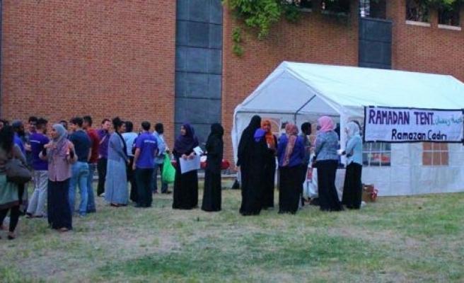 Londra'da Müslümanlar evsizlerle iftar açıyor