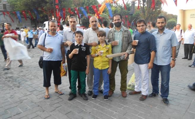 Ümmetin kalbi bayram sabahı Sultanahmet'te bir başka atıyordu