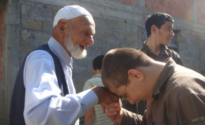 97 yaşında ama cemaatle namazı bırakmıyor