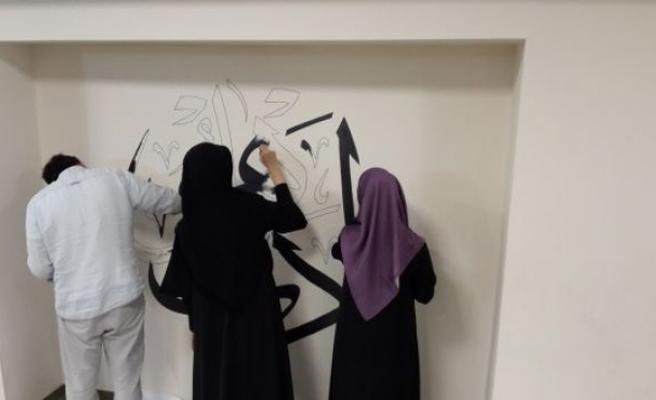 Okul duvarlarını hat eserleriyle canlandırıyorlar
