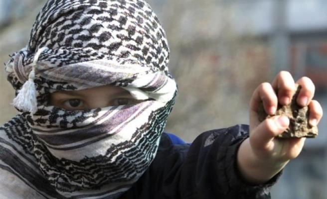 Filistin`de Küçük, Beyaz Yumruklar