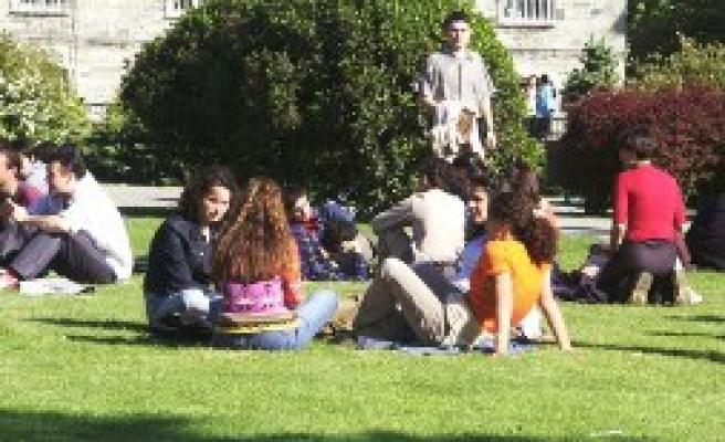 Üniversiteliysen oturacaksın çime!