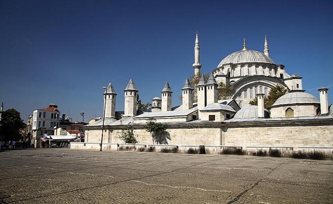 Nuruosmaniye Camii avlusunda kimler yatar